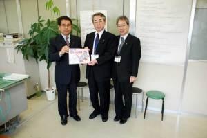 (写真)埼玉県本庄市の「赤ちゃんの駅」ポスターを市執行部へ渡す