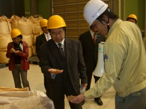 木質ペレット製造設備内(4月22日)
