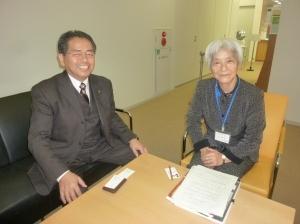 新谷図書館長と(平成22年12月7日千代田図書館)