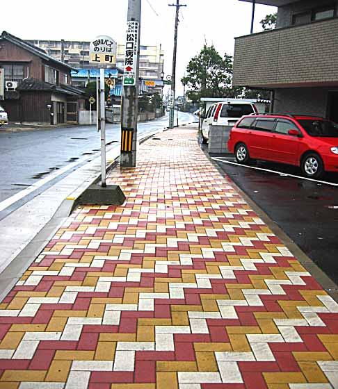 カラフルな歩道が完成