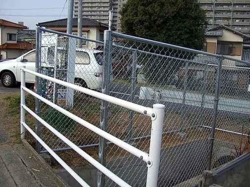転落防止のフェンスが設置(手前の手すりは平成18年3月設置)