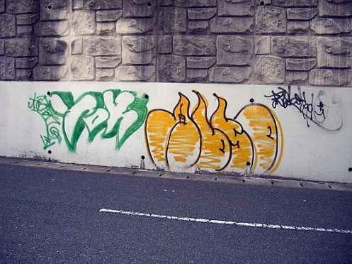 落書きされた美咲が丘駅周辺の壁面