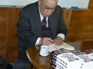 自書「独立国日本 のために」にサインをされる森田実先生