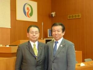雲仙市議会議員の平野利和議員(右)と