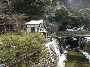 小水力発電が待たれる白糸の滝