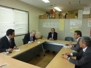JA糸島の中村俊介組合長から説明を聞かれる森田実氏