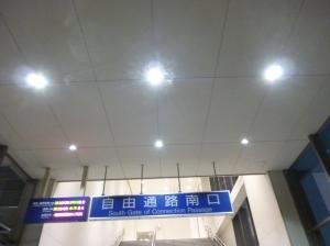 LED照明となったJR筑前前原駅自由通路