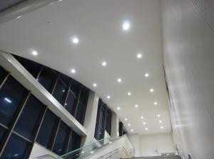 LED照明に変わり明るくなった自由通路