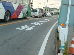 横断報道ありの文字を道路に大書き