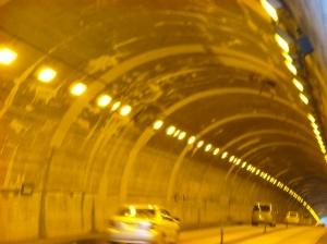 眩いほど明るいトンネル内部
