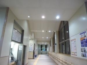 LED照明に切り替わって明るくなったJR福吉駅