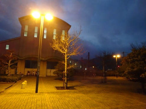 午前7時まで照明が点灯となったJR福吉駅前広場