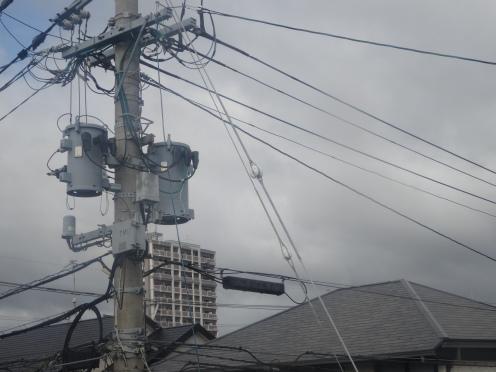 変圧器が搭載されている電柱