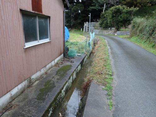 幅員が狭く深い用水路