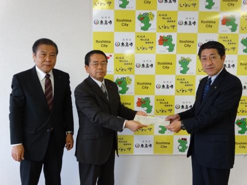 月形祐二糸島市長に緊急申し入れ書を手渡す