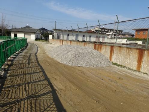 ぬかるみ解消対策で使われる砂利の山