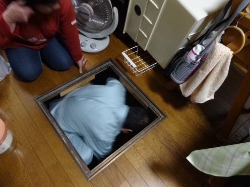 地下収納庫から土台の検査に入る黒田議員
