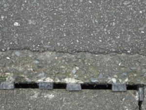 樹脂の楔が打たれた側溝の蓋