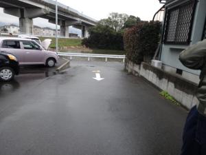 カーブミラー付近の坂道(私道)