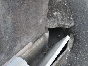 側溝の蓋が落ち込んでいる状態