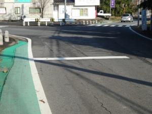 県道交差点付近の段差