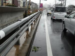 路側帯が雨水で冠水状態