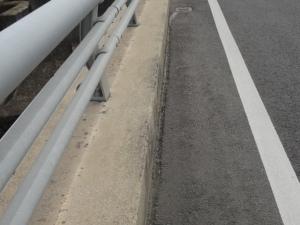 水溜り防止の溝が切られた路側帯