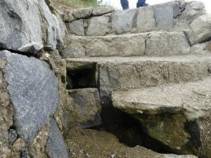 二丈大入港の階段が危険(6月20日撮影)