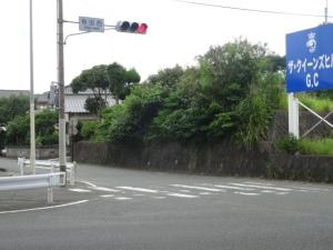 消えかかっている横断歩道表示と車両停止線(6月30日撮影)