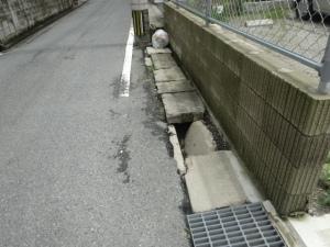 市道横の危険な側溝
