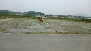 糸島市蔵持の倒れたカーブミラー(6月22日撮影)
