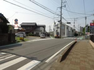 近道として利用される市道(7月28日撮影)