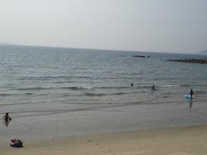 遠浅で海水浴に適している糸島市二丈大入の海岸(7月29日撮影)