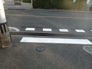 市道から県道に出る三叉路に太い停止線(8月9日撮影)
