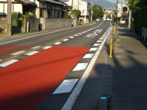 減速帯表示と赤色舗装(8月9日撮影)